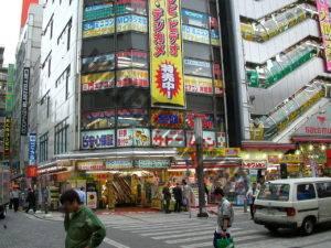 Le japon est une terre où il fait bon s'expatrier pour donner un coup de fouet à sa carrière. Culturellement en revanche, la société n'est pas des plus ouvertes aux étrangers, ce qui favorise les chocs culturels plutôt rudes. Dans ce contexte, consulter un psychologue français pour expatrié au Japon aide à relever le challenge.    S'expatrier au Japon : l'impossible défi ?   L'économie japonaise est florissante et cherche à attirer les expats français. De nombreux candidats à la mobilité internationale ont donc tendance à favoriser cette destination, notamment lorsqu'une proposition émane d'une grande multinationale, nombreuses sur le sol nippon. L'expatriation vers le Japon est donc tentante, mais à quel prix ? La société japonaise se caractérise par un fort décalage culturel avec l'Occident. Une fois le stade de la  « Lune de miel » avec le pays d'accueil passée, le choc culturel peut être brutal et contraindre à trouver rapidement un soutien continu, comme celui d'un psychologue français pour expatrié au Japon.   Globalement, les valeurs, les codes et les symboles des cultures françaises et nippones différent trop pour que les échanges soient faciles. Il en résulte beaucoup d'incompréhension et de frustration au départ pour un expat français. Selon les individus, admettre que l'on sera toujours l'étranger dans un pays qui refuse toujours d'assimiler complètement ce qui vient d'ailleurs, peut prendre un tour problématique. La société japonaise demande aussi un effort accru dans chaque geste de tous les jours, car ses bases semblent très exotiques aux français expatriés : hiérarchie omniprésente dans tous les échanges, prédominance du collectif sur l'individu, modestie et censure de l'expression personnelle, politesse extrême, ponctualité… Beaucoup de différences qui peuvent générer un véritable mal-être et nécessiter de consulter un psychologue français pour expatrié au Japon avant de réussir à s'adapter.  Les difficultés d'intégration  Les Français de l'étranger 